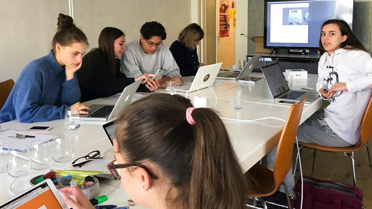 A futuristic female spiritual teacher in Rome - Wie erreichen wir jungen Menschen, damit sie davon hören, dass Maharishikaa Preeti in Rom sein wird? Für die Marketingplanung konnte das Organisationsteam auf die frischen Ideen der nächsten Generation bauen.